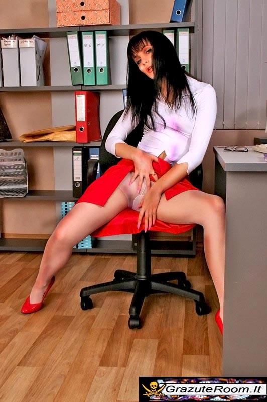 Под юбочкой в офисе видео